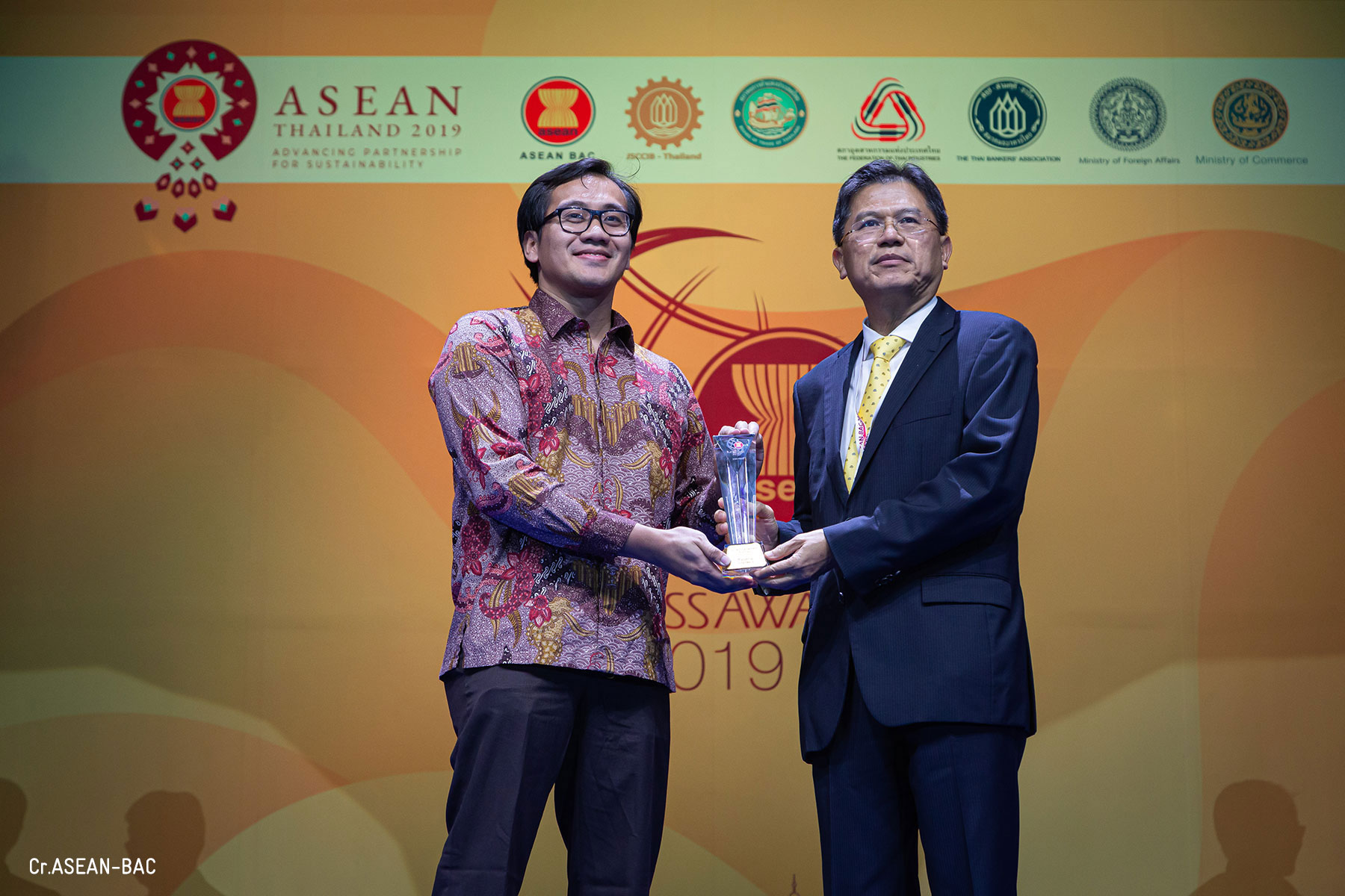 Dicoding receiving trophy Narenda Wicaksono, CEO of Dicoding Indonesia and Mr. Predee Daochai, Chairman of the Thai Bankers' Association