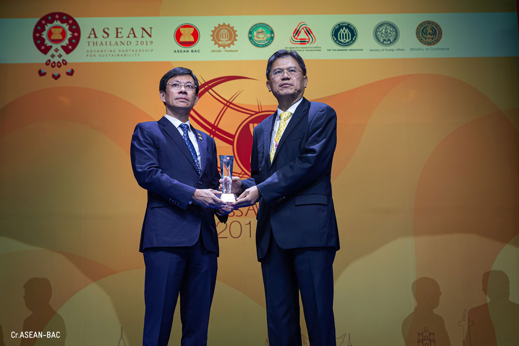 Sea Lion receiving trophy Dr. Win Zaw Aung, Group CEO of Sea Lion Group and Mr. Predee Daochai, Chairman of the Thai Bankers' Association