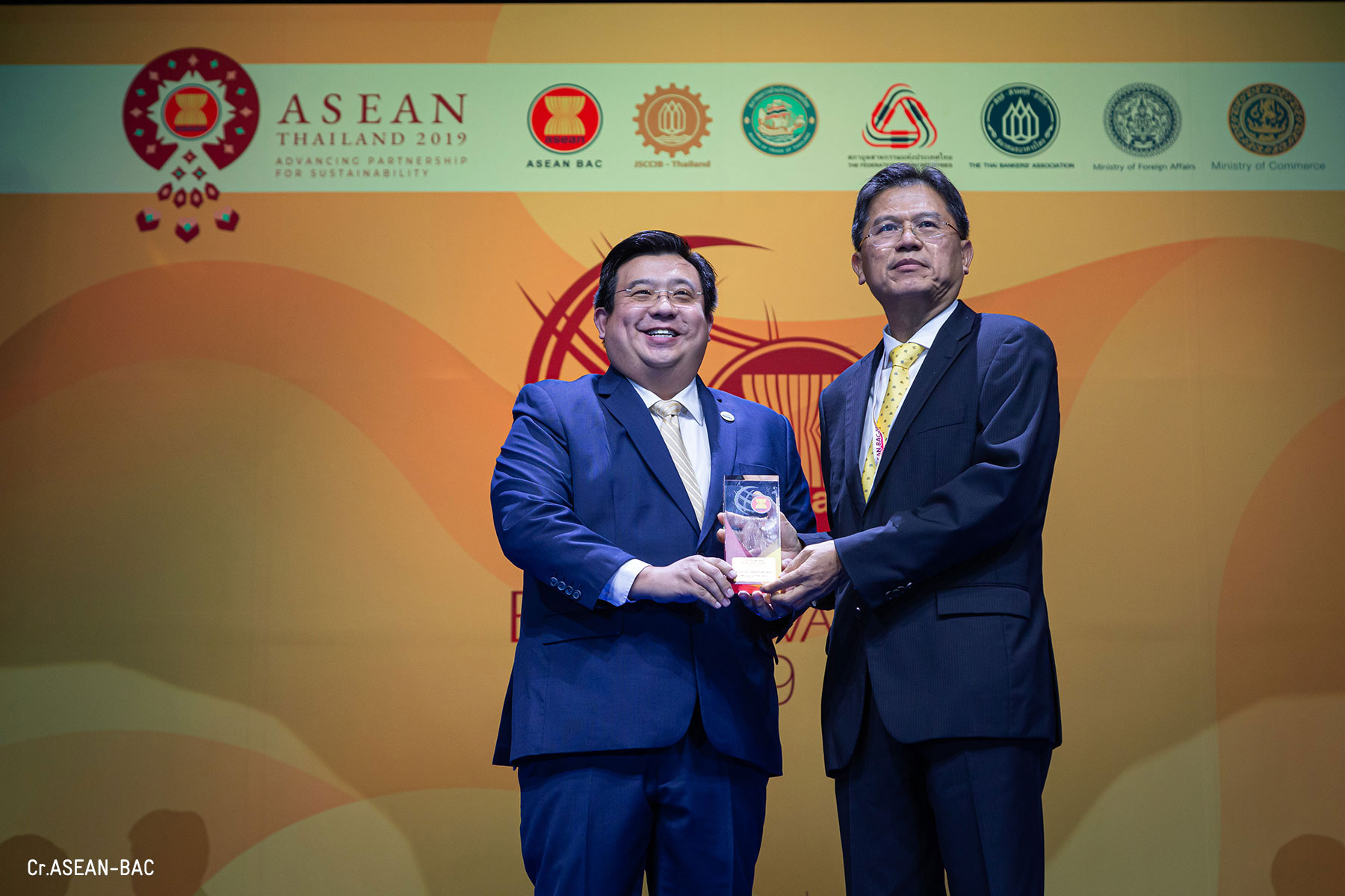Shalom receiving the trophy Gideon Lam, CEO of Shalom International Movers and Mr. Predee Daochai, Chairman of the Thai Bankers' Association