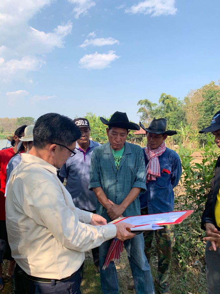Acting Sub Lt. Praphat Dejharn, Yom River Basin Management and Coordination Director, discussing with the head of the community about the problem that they have been encountering and what would be their needs in rehabilitate and reconnect existing oxbow lakes to Yom river.